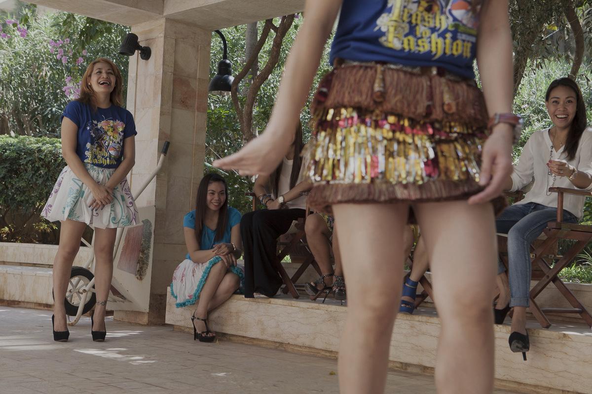 Adrienne Surprenant - Aux Philippines, Bella avait pour habitude de coudre les vêtements de ses trois enfants. En participant au concours Trash to Fashion, elle a loccasion de montrer son talent. Elle doit confectionner trois tenues à partir de déchets et cest elle qui défilera avec ses créations. Ici, elle sentraîne à la chorégraphie de la danse prévue pour lévénement.