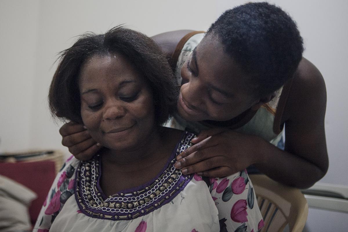Adrienne Surprenant - Ochinga embrasse sa mère, le samedi, soir de réunion. Quand Delphine a accouché dOchinga, son employeure ne voulait pas quelle lallaite au travail. Elle a même été virée pendant trois mois, et a dû la supplier pour être réembauchée. Mais à condition de confier Ochinga à une nounou.