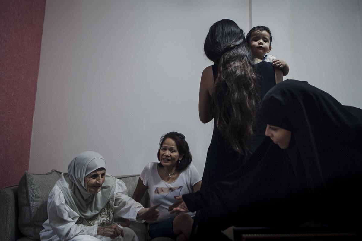 Adrienne Surprenant - Les filles dAmy sont toutes deux mariées, lune à un Libanais, lautre à un Palestinien. Elles sont tout à fait intégrées à la société Libanaise, au point davoir délaissé le Tagalog, la langue de leur mère, au profit de larabe.