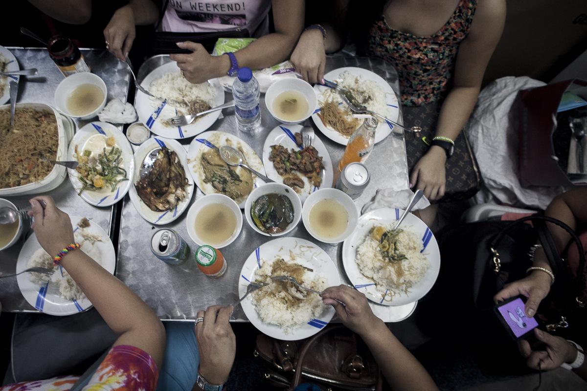 Adrienne Surprenant - Plus dune dizaine de plats traditionnels des Philippines sont préparés par Mirasol pour la journée de congé de la majorité des travailleuses domestiques. Le dimanche, le restaurant se remplit, et Mirasol court dans tous les sens pour finir la journée avec une grosse migraine.