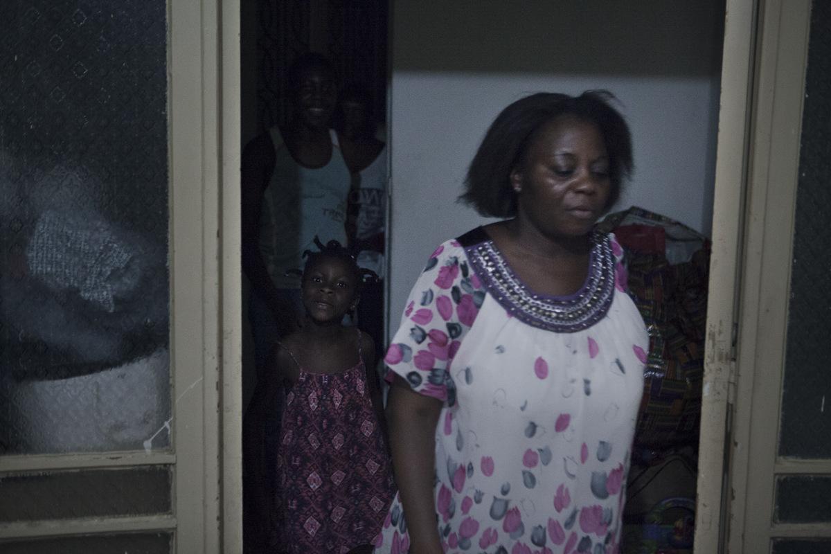 Adrienne Surprenant - Je nai pas de solution, pas de mari, pas dargent, aucun moyen de rentrer en Côte dIvoire. Parfois, Delphine culpabilise de ne pas pouvoir offrir plus à ses enfants.