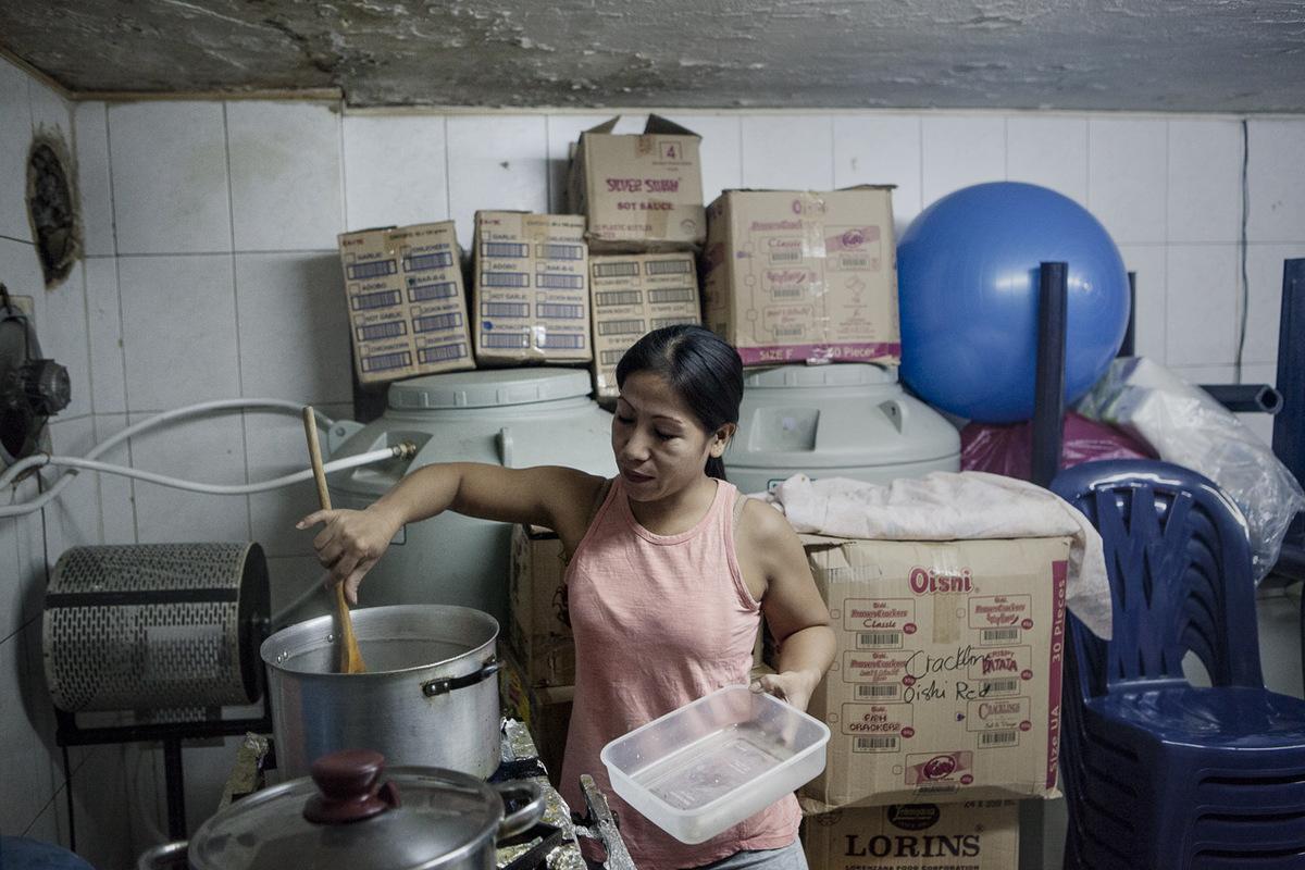 Adrienne Surprenant - Le dimanche, jour de sortie pour un nombre croissant demployées domestiques au Liban, est la journée la plus dure pour Mirasol. Levée à 2h30 du matin, elle cuisine toute la nuit pour accueillir les employées en congé à midi. En plus de la cuisine ordinaire, Mirasol installe des plaques à gaz dans la pièce où elle dort, pour pouvoir nourrir toutes ces bouches.
