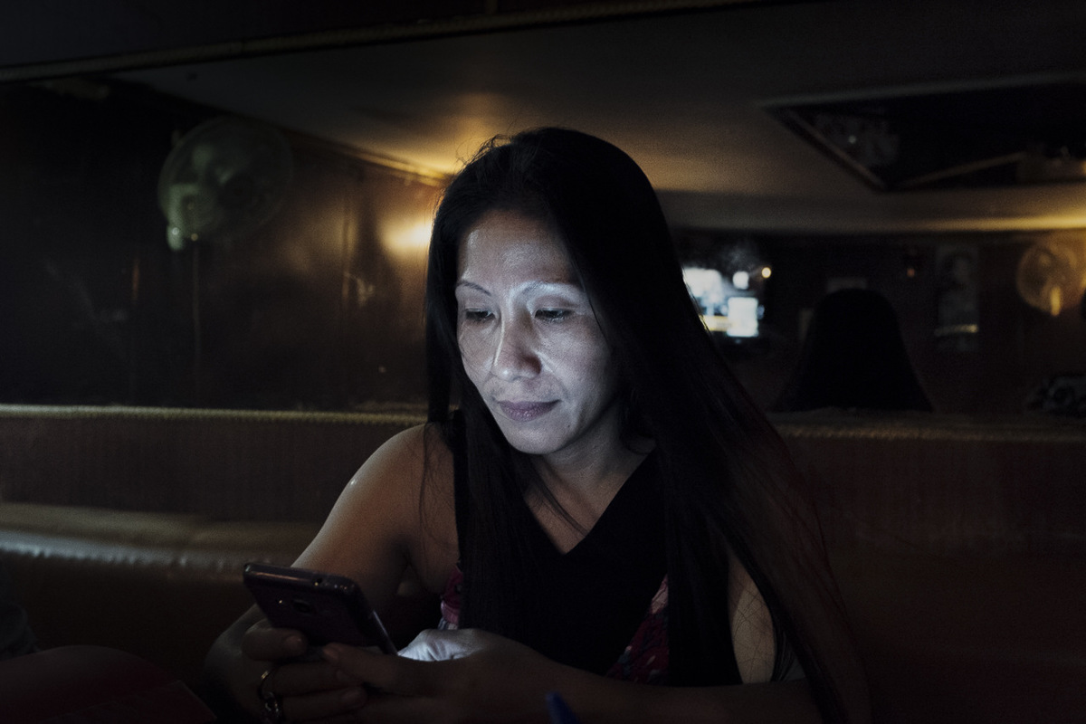 Adrienne Surprenant - Mirasol a rejoint le Liban pour payer léducation de ses trois enfants. Après 7 mois de travail demployéee domestique, elle apprend que son mari utilise largent quelle envoie pour ses plaisirs personnels et quil sest épris dune autre. Depuis, elle a coupé les ponts avec lui. Ses journées de travail à rallonge ne lui laissent guère le temps pour lamertume.