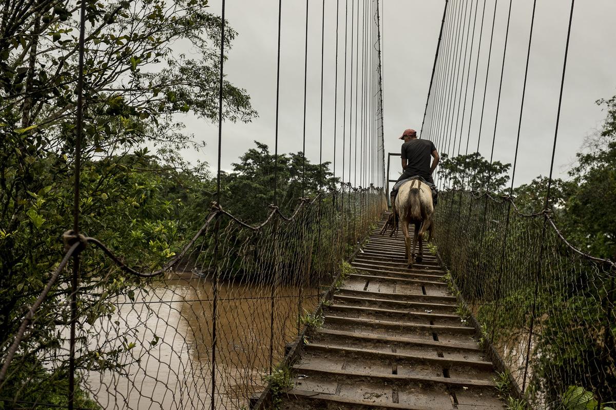 Adrienne Surprenant - Pont construit par les villageois au dessus de la rivière Punta Gorda. Lorsque le canal passera, plus de 10 heures de route seront probablement nécessaires pour aller de l'autre côté.