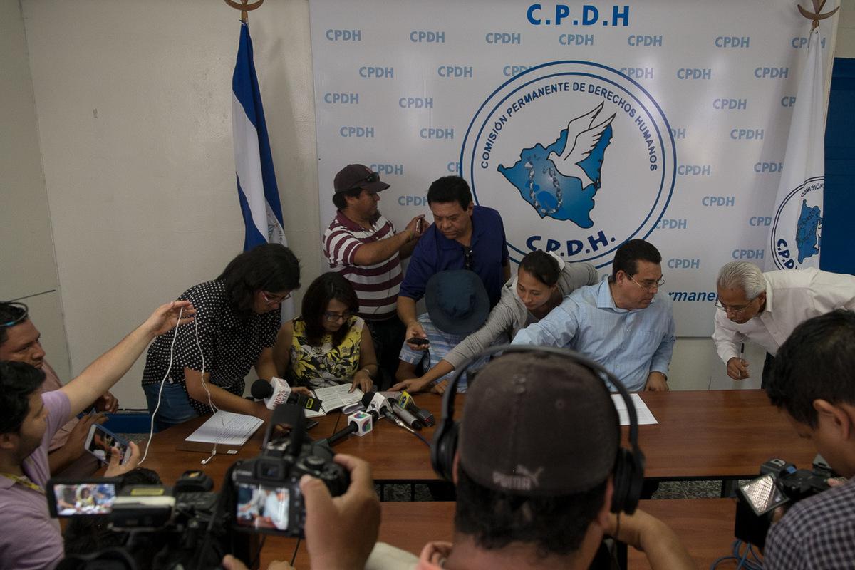 """Adrienne Surprenant - Le 22 août 2018, une conférence de presse est donnée à la Comission permanente des droits humains (CPDH), pour dénoncer le marquage avec une seringue du bras d'un jeune de 14 ans. Des policier anti-émeutes l'auraient arrêté, lui auraient pointé un AK-47 à la tempe, avant de lui creuser les lettres """"FSLN"""" - pour le Front Sandinista de Libération National -, sur le bras. La mère du jeune témoigne sous le couvert de l'anonymat : """"Si il est arrivé quelque chose à mon fils, à ma famille, c'est par la faute de la polie et du gouvernement."""" Pour Karla Romera, responsable médias du CPDH, les médias sociaux sont """"une arme d'auto-défense."""" Au centre, """"de nombreuses victimes sont venues avec comme preuve des vidéos qu'ils avaient eux-même filmé, ou trouvées sur les réseaux sociaux."""" Depuis le mois d'avril, le centre reçoit environ 60 plaintes par semaines, soit six fois plus qu'avant."""