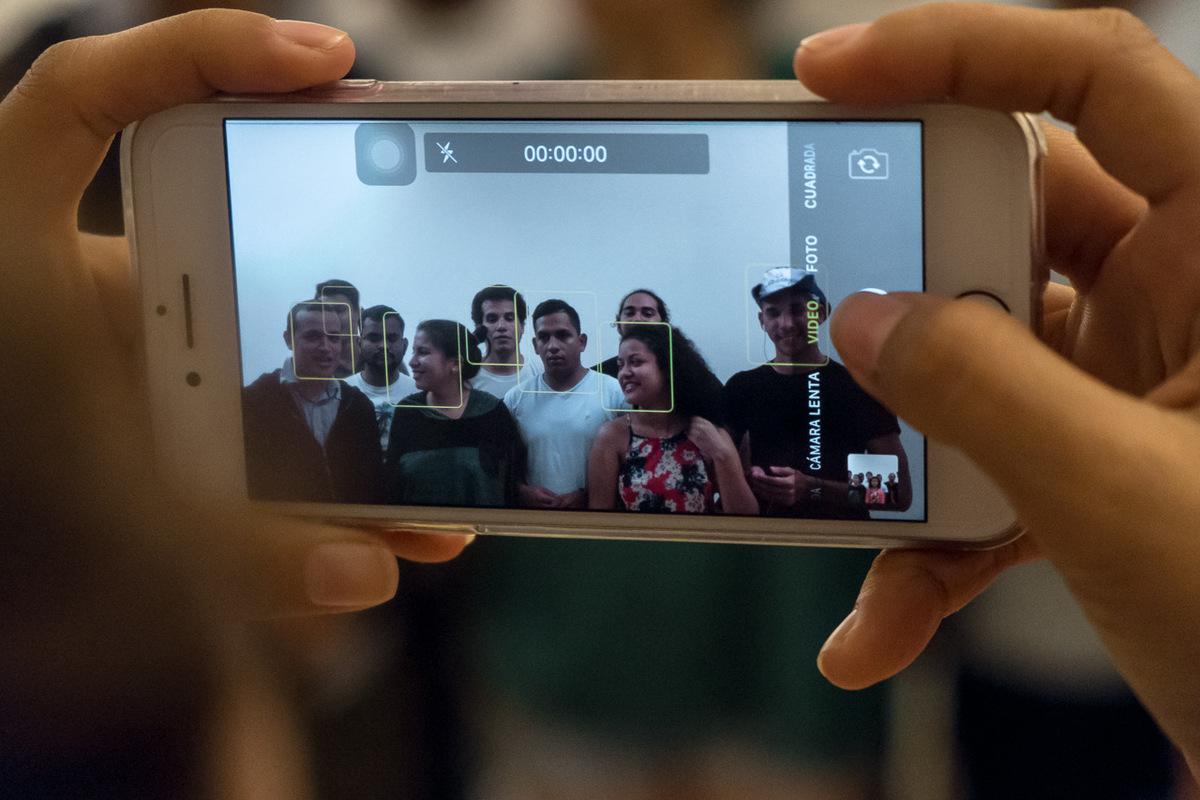 """Adrienne Surprenant - Judith Belen, 20 ans, étudiante en communication de à l'Université Catholique (UCA) membre du mouvement du 19 avril et de l'Alliance universitaire du Nicaragua, filme un message de ses compagnons, en appui à une marche auto-convoquée. Judith s'est depuis le début évertuée à collecter et relayer ce qui circulait sur les réseaux sociaux. """"Le plus difficile était de canaliser et vérifier les informations. Il fallait éviter de tomber dans le piège des médias amarillistes qui au final font de la désinformation"""", raconte celle qui ne pensait jamais utiliser aussi vite, et dans ce contexte, ce qu'elle apprenait à l'école. """"Le régime a oublié que les réseaux sociaux existaient. Et ça a été l'une de nos armes les plus utiles."""""""