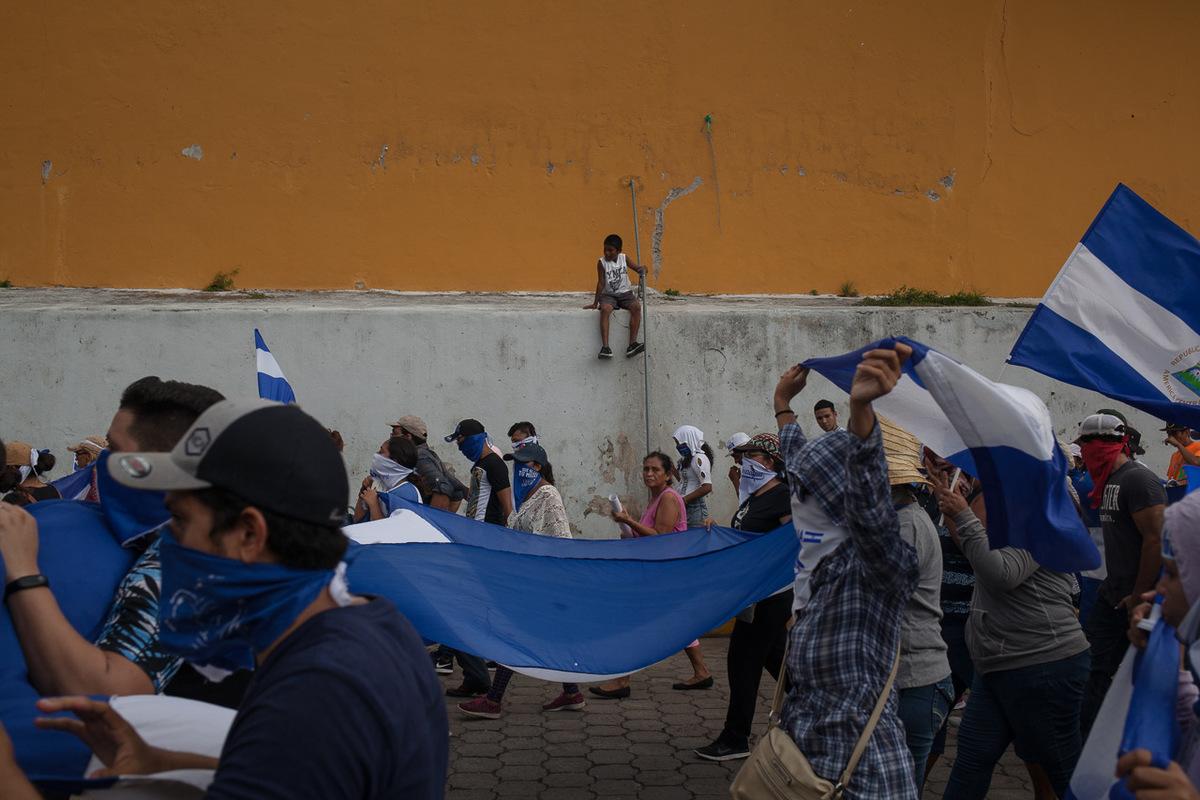 """Adrienne Surprenant - Depuis la fin des barricades, de nombreux militants ont fui le pays, d'autres vivent cachés. Les manifestations, comme celle du 25 août dans la ville touristique de Granada, réunissent quelques centaines, parfois seulement quelques dizaines de personnes. Ce jour-là, sur la route entre Granada et la capitale, Managua, dix-neuf personnes sont arrêtées. Parmi eux, des leaders étudiants, et une documentariste brésilienne. La même journée, lors d'une marche dans la ville de Léon au nord de Managua, sept militants sont arrêtées. Immédiatement, sur les réseaux sociaux, des publications indiquant """"vivants ils ont été pris, vivants nous les voulons"""" sont publiées et partagées avec les noms des détenus, pour attirer l'attention des médias, des organismes des droits de l'homme, et qu'ils ne disparaissent pas avant d'être conduits en prison."""