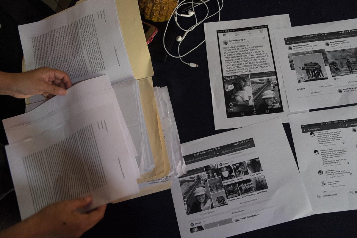 Adrienne Surprenant - Le père et la mère de de Yoel, 22 ans, travaillaient comme lui pour l'entreprise chargée des aqueducs et des égouts Enacal. Lorsqu'ils se sont prononcé contre les réformes à la sécurité sociale, ils ont tous été renvoyés. S'en sont suivis des menaces de morts sur les réseaux sociaux et des dénonciations de trahisons. Des captures d'écrans de Facebook imprimés constituent la majeure partie du dossier de plainte qu'ils ont été déposer au Centre Nicaraguayen des droits de l'homme (CENIDH).
