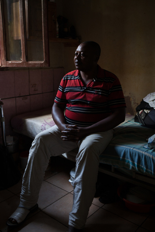 Adrienne Surprenant - André Lando, 44, a former hardware store and informal drug seller, does not trust the nursing staff and has been self-prescribing antibiotics, which he has been taking continuously for over seven months. His feet is hurt since five years.