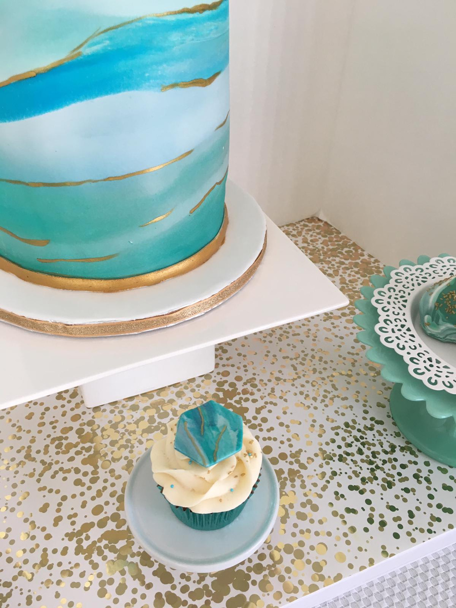 Simply Cakes - Details - marbled fondant with gold accents and cupcakes with geometric topper