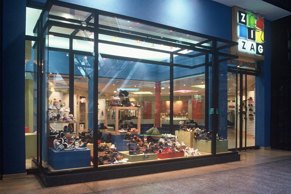 REINES & STRAZ - Architecture Interiors Planning - Shoe Store - Venezuela
